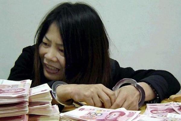 사진은2005년푸저우(福州)공안국에체포된위조위안화판매자.하지만푸저우시공안부국장왕전종(王振忠)이억대뇌물을받은것에비하면아무것도아니다. | GettyImages
