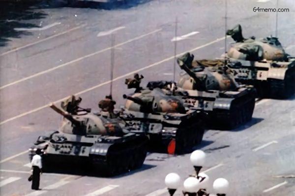 사진은 '6·4탱크맨 왕베린'이 중국공산당 탱크 앞을 몸으로 막고 있다. | 글로벌 6.4 기념 위원회