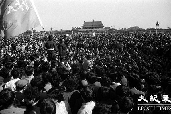 톈안먼 사태 당시, 베이징 각 대학의 학생들이 시위행진을 벌였고, 일부 베이징 시민도 이 대열에 동참했다. (류젠 제공)
