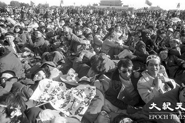 1989년 톈안먼 사태 당시 베이징 학생들은 중국 공산당의 탄압에 항의하고 부패를 반대하고 민주를 요구하는 단식을 시작해 많은 민중의 지지를 얻었다. (류젠 제공)