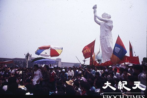 6‧4 민주화운동 30주년을 맞아 평화적으로 항의하는 민중들이 톈안먼 광장 자유의 여신상 옆에 질서정연하게 모였다.   류젠 제공