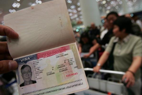 최근 미국 정부는 비자 심사를 강화해 인권유린 및 종교 박해 가담자에게는 비자 발급을 거부하기로 했다. 따라서 인권 박해에 직접 가담한 자는 물론 이미 합법적인 신분을 취득한 자들도 위법 사실이 밝혀지면 추방된다. 사진은 베이징 공항에서 한 중국인 여권에 적힌 미국 비자. (China Photos/Getty Images)