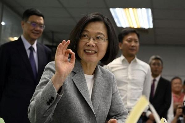 차이잉원 대만 총통이 2019년 3월 21일 타이베이 당사에서 집권 민진당(DPP) 2020대선 후보로 등록하면서 손짓을 하고 있다. | Sam Yeh/AFP/Getty Images