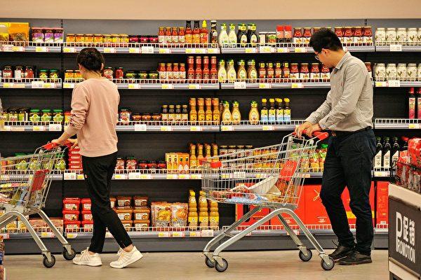 산둥(山東)성 칭다오(青島)의 한 백화점 안 수입식품 판매코너.   STR/AFP/Getty Images