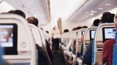 비행기에서 시끄럽게 엉엉 우는 아기 본 남자 승무원의 반응