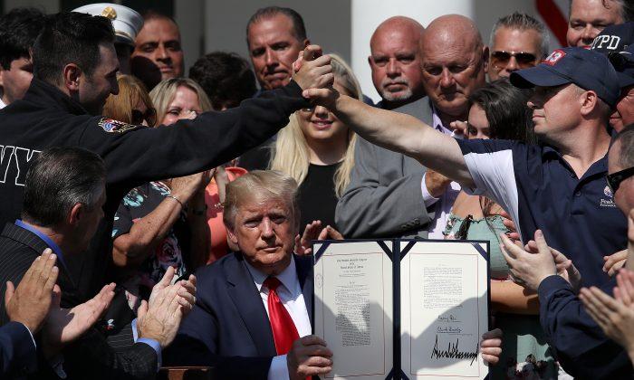 트럼프 대통령이 백악관 로즈가든에서 911테러 구조요원 지원 연장법안에 서명했다. 2019.7.29 | Win McNamee/Getty Images