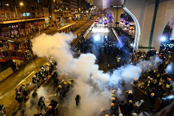 지난 21일, 홍콩 송환법 반대 시위가 끝난 후에도 많은 시민들이 자리를 지키자, 경찰이 이들을 해산시키려고 최루탄을 쏘고 있다.   Epochtimes