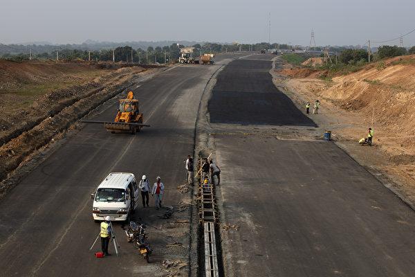 중국 공산당이 해외에서 대대적으로 추진하고 있는 인프라 건설 프로젝트 일대일로(一带一路)가 협력국들을 빚더미에 올린다는 지적과 연괸해서 세가지 특성이 파헤쳐 졌다. (Paula Bronstein/Getty Images)