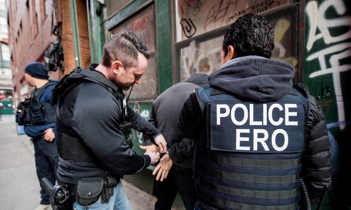 미국 이민세관단속국(ICE)의 불법 이민자 체포 장면   Public Domain