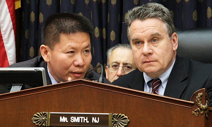 미 하원 외교위원회 소위원회에 출석한 '차이나 에이드' 설립자 밥 푸 목사(왼쪽). 오른쪽은 크리스 스미스 의원 | Shar Adams/The Epoch Times