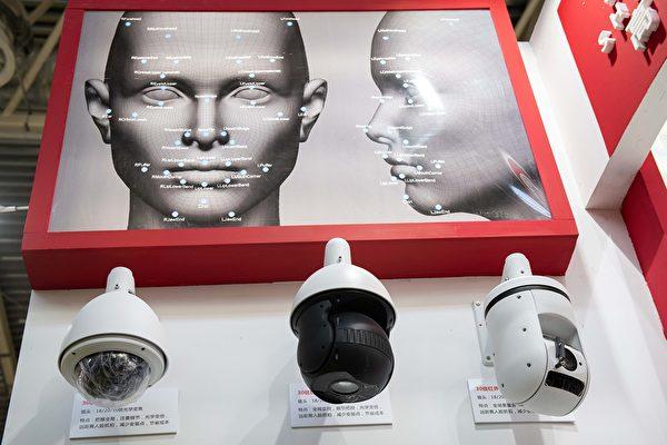 중국 공산당은 안면인식 시스템으로 민중을 감시하고 있다. 2018년 10월 24일 베이징 제14회 중국국제공공안전과 안전전람회에 전시된 안면 인식 카메라. | NICOLAS ASFOURI/AFP