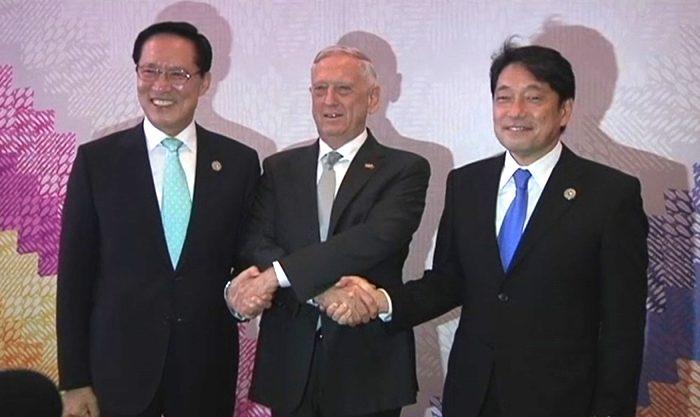 2017년 10월 23일, 짐 매티스 미국 국방장관(가운데)이 필리핀 클락 경제특구에서 한국 송영무(왼쪽), 오노데라 이쓰노리 일본 총리와 손을 잡고 있다. | Video screenshot/Reuters