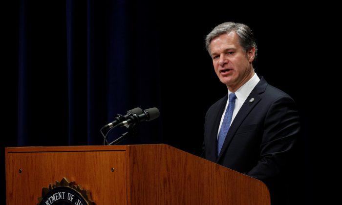 크리스토퍼 레이 FBI 국장이 미국 버지니아주 콴티코에서 열린 FBI 국립 아카데미 졸업식에서 연설하고 있다. 2019.6.7 | Reuters/Tom Brenner/File Photo