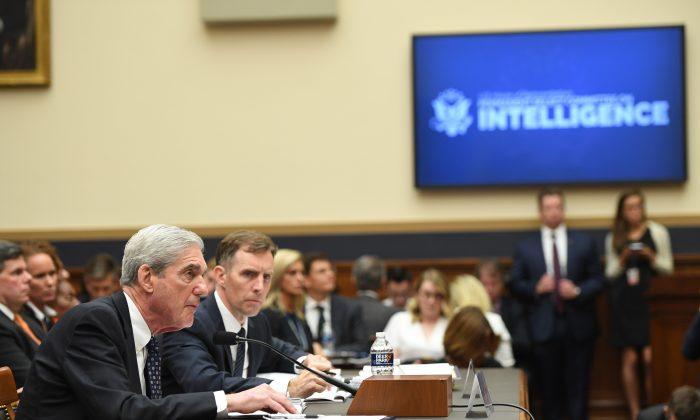 로버트 뮐러(Robert Mueller) 전 특별 검사가 2019년 7월 24일 워싱턴의 국회 의사당에서 열린 정보 청문회에서 증언하고 있다. | Saul Loeb / AFP / Getty Images