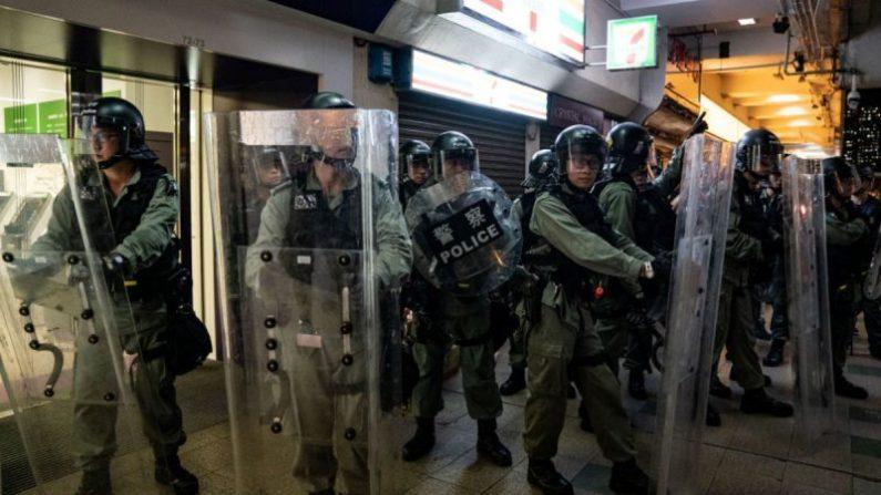 시위대와 대치 중 홍콩 경찰 | 2019.7.14 | Anthony Kwan/Getty Images