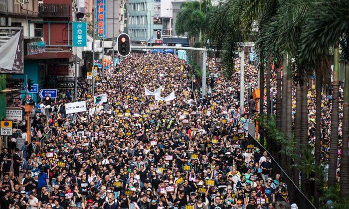 21일 송환법에 반대하는 시위대가 홍콩 시가행진을 벌이고 있다. 2019.7.21 |ANTHONY WALLACE/AFP/Getty Images