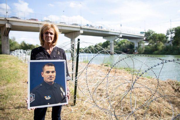 2018년 11월 5일 미국과 멕시코 국경과 인접한 텍사스 주 히달고 리오그란데 강가에 선 메리 앤 멘도자. 그녀의 아들 브랜든 멘도사 병장은 불법체류자에게 살해됐다. (Samira Bouaou/The Epoch Times)