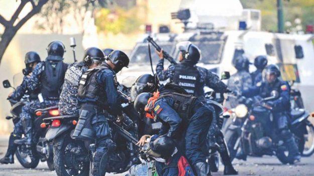 """유럽연합, 베네수엘레 마두로 정권 제재안 준비 """"자산동결·여행금지"""""""