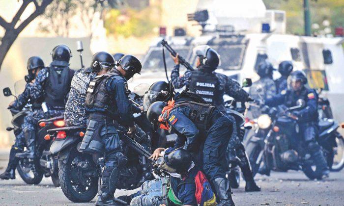 마두로 정권에 항의하는 시위대가 치안당국에 의해 제압되고 있다. 2019.3.1 | FEDERICO PARRA/AFP/Getty Images
