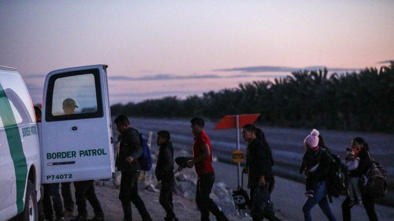 멕시코에서 넘어온 불법이민자들이 국경수비대에 호송되고 있다. 2019.4.12   Charlotte Cuthbertson/The Epoch Times
