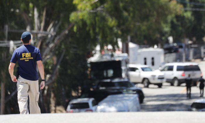 칼리프 길로이 마늘축제 장소를 향해 걸어가는 FBI 요원. 2019.7.29 | Mario Tama/Getty Images