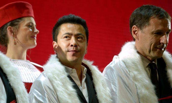 화이브라더스 미디어 그룹 왕중레이 회장(가운데)이 2014년 5월 31일 베이징에서 열린 '쌩떼밀리옹 기사' 와인 작위 수여식에 참석했다. (Wang Zhao/AFP/Getty Images)