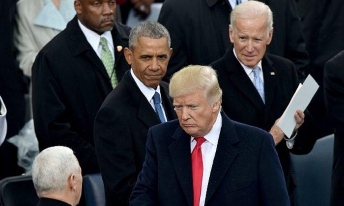 전현직 대통령들의 만남. 도널드 트럼프 대통령과 마이크 펜스 부통령이 버락 오바마 전 대통령, 조 바이든 전 부통령과 만나고 있다. 2017.1.20 | Paul J. Richards/AFP/Getty Images