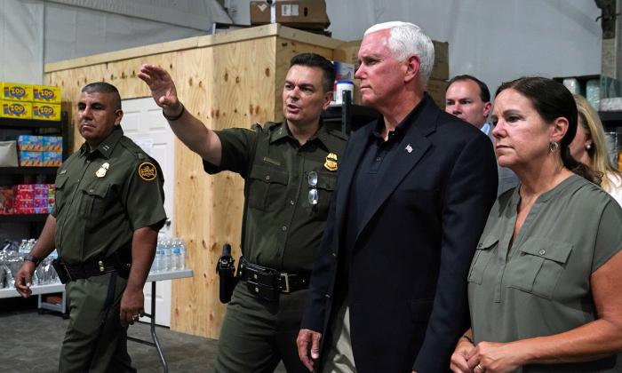 마이크 펜스 미국 부통령이 텍사스 도나의 이민자 수용시설을 방문했다. 2019.7.12. | Veronica G. Cardenas/Reuters=Yonhapnews Agency
