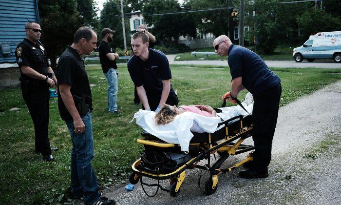 헤로인 과다 복용 환자를 이송하고 있다. 미국 오하이오주 워런. 2017.7.14 | Spencer Platt/Getty Images