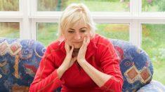 폐경기 여성, 사회적 스트레스 크게 받으면 골밀도 떨어진다 (연구)