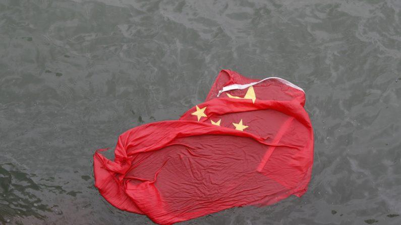 3일 홍콩의 송환법 반대시위자들이 빅토리아 부둣가에 게양대에서 끌어내려 버린 오성홍기를 바닷물에 떠 있다. | AP=연합뉴스(Yonhapnews Agency)