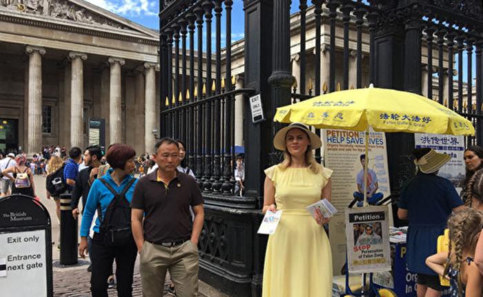 런던 대영박물관 앞에서 관광객에 파룬따파 홍보 자료 나눠주는 파룬궁 수련생 율리아 씨 | 본인 제공
