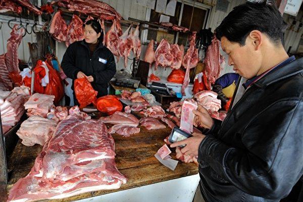 중국에 아프리카 돼지 열병 유행으로 양돈업계가 타격 받으면서 전국적으로 돼지고기 공급이 부족해졌다. 구이저우(貴州) 성의 한 현(縣)급 도시에서는 생돼지 공급을 하루 일곱마리로 제한하고 있다고 한다. | Getty Images