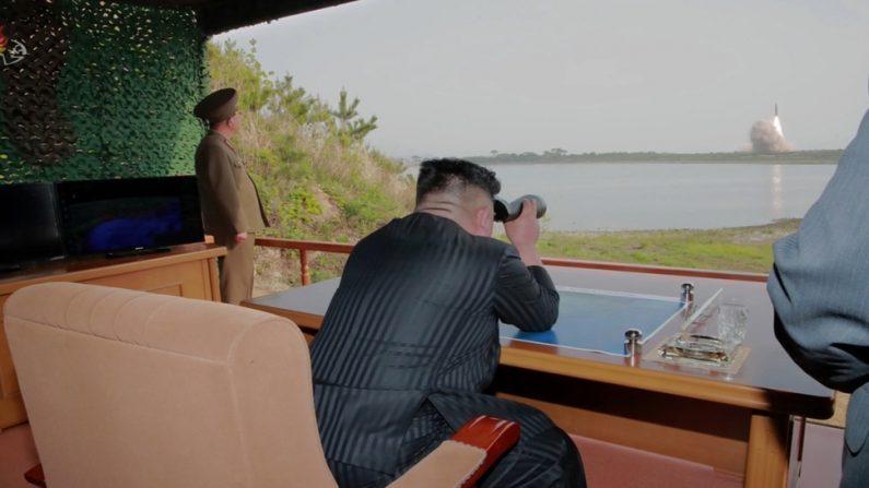 김정은 북한 국방위원장이 원산 호도반도에서 이뤄진 단거리 미사일 발사 실험을 관찰하고 있다. 2019.5.4. | KCTV/Yonhap News