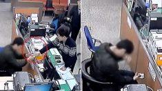 """""""밥과 김치를 훔쳐먹다 잡힌 청년은 경찰이 건넨 '3만원'에 조용히 눈물을 훔쳤다"""" (영상)"""