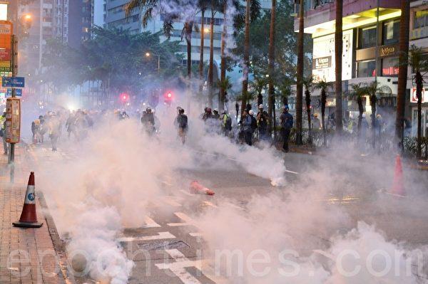11일 경찰이 완차이 지역에서 여러 발의 최루탄을 발사하자 현장에는 연기가 가득했다.   Song Bilong/Epochtimes