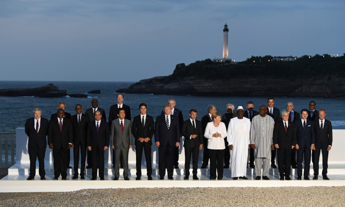 G7 정상회의 이틀째, G7 정상과 하객들이 프랑스 비아리츠 등대를 배경으로 단체사진 촬영에 응했다. (첫줄 왼쪽부터)영국 보리스 존슨 총리, 남아프리카 공화국 시릴 라마포사 대통령, 르완다 폴 카가메 대통령, 아프리카 연합의장 압둘 팟타흐 시시이집트 대통령, 일본 총리 아베 신조, 캐나다 저스틴 트뤼도 총리, 도널드 트럼프 미국 대통령, 에마뉘엘 마크롱 프랑스 대통령, 앙겔라 메르켈 독일 총리, 매키 살 세네갈 대통령, 로크 마크 크리스티앙 카보레 부르키나 파소 대통령, 세바스찬 피녜라 칠레 대통령, 주세페 콘테 이탈리아 총리, 도날드 투스크 유럽 이사회 의장 (두번째 줄) 아프리카연합위원회 무사 파키 마하마트 위원장(왼쪽 두 번째), 스콧 모리슨 호주 총리(왼쪽 네 번째), 안토니오 구테흐스 유엔 사무총장(오른쪽 여섯번째), 나렌드라 모디 인도 총리(오른쪽 다섯번째), 페드로 산체스 스페인 총리(오른쪽 세번째), 호세 앙헬 구리아 OECD 사무총장(오른쪽 두번째), 아프리카 개발 은행총재 아킨우미 아데시나(맨 오른쪽) 2019. 8. 25. | Andrew Parsons/Getty Images