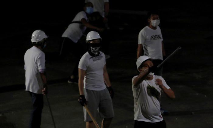 지난 7월 22일 홍콩 지하철 위안랑역 일대에서 송환법 반대시위대를 공격한 흰옷차림의 괴한들. 2019.7.22 | Tyrone Siu/Reuters=Yonhapnews(연합뉴스)