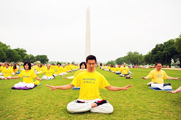 2019년 5월 4일 세계파룬따파의 날, 파룬궁 수련자들이 미국 워싱턴DC 국제광장에서 단체 연공하는 모습.   Epochtimes