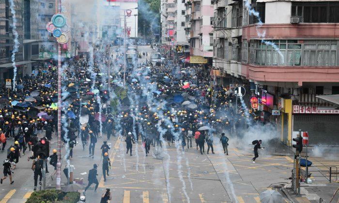 홍콩 샴수이포(深水埗) 지역에서 범죄인 인도 법안 반대 시위 도중 경찰이 쏜 최루탄을 민주화 시위대가 되던지고 있다. 2019. 8. 11. | Anthony Wallace/AFP/Getty Images