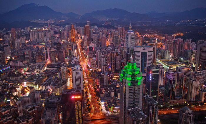 선전 스카이라인, 녹색 빛을 발하는 건물은 선전세계금융센터다. 2010. 11. 28. | Daniel Brehulak/Getty Images