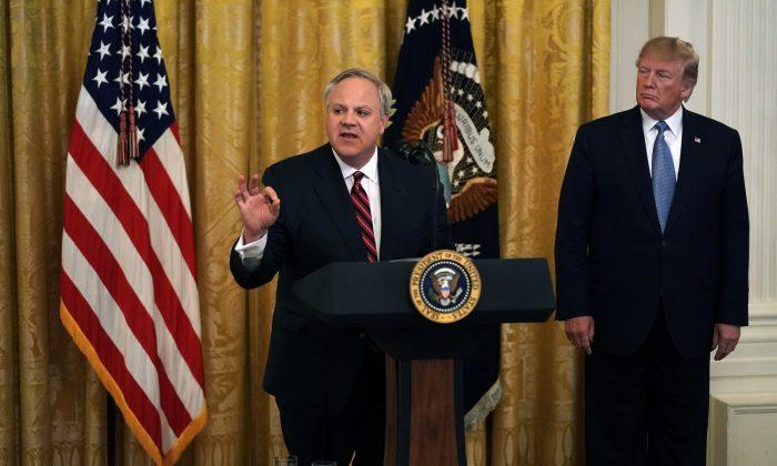 데이비드 베른하르트 미 내무장관(왼쪽)이 백악관 이스트룸에서 열린 환경 관련 행사에서 도널드 트럼프 대통령(오른쪽)이 지켜보는 가운데 연설하고 있다. 2019. 7. 7.   Alex Wong/Getty Images