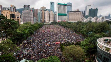 """홍콩 대규모 시위, 폭우 속 170만명 참가..평화롭게 마무리 """"경찰 폭력 반대"""""""