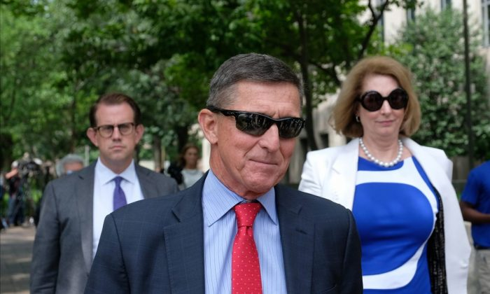 마이클 플린이 변호사와 함께 워싱턴 법원을 나서고 있다. 2019.6.24 | Alex Wroblewski/Getty Images
