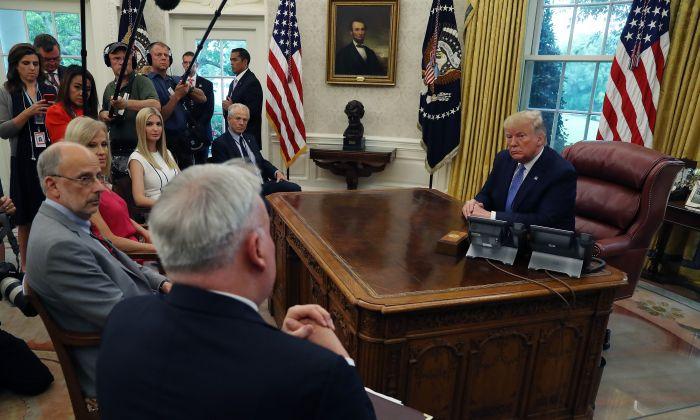 트럼프 대통령이 펜타닐 확산에 대한 보고를 받고 있다. 2019.6.25 | Mark Wilson/Getty Images