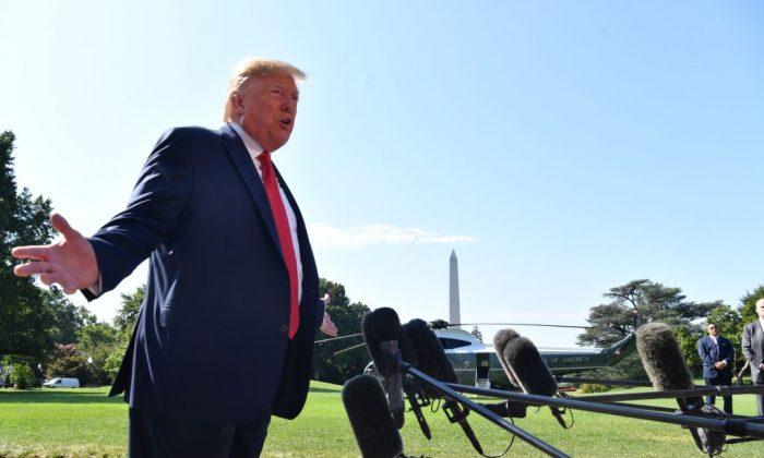도널드 트럼프 대통령이 헬기 탑승 전 기자들에게 말하고 있다. 2019.8.9 | Nicholas Kamm/AFP/Getty Images