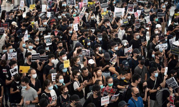 홍콩 국제공항에서 열린 또 다른 시위에서 출국장을 점거하는 민주화 시위대. 2019.8.13. | Philip Fong/AFP/Getty Images