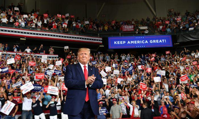도널드 트럼프 대통령이 지지자들의 환호에 화답하고 있다. 2019.8.15 | NICHOLAS KAMM/AFP/Getty Images