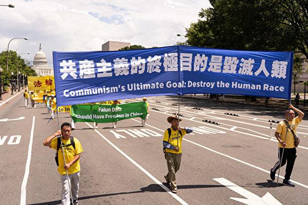 파룬궁 수련자들이 미국 수도 워싱턴 DC 국회의사당 앞 대로를 행진하고 있다. 2019.7.18 | Dai Bing/The Epoch Times