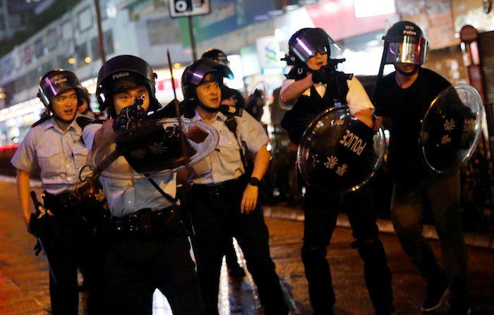 홍콩 경찰이 시위대를 향해 권총을 정조준 했다. 이날 홍콩 경찰 당국은 실탄 1발을 경고사격했다고 밝혔다. 2019.8.25 | REUTERS/Tyrone=Yonhapnews(연합뉴스)